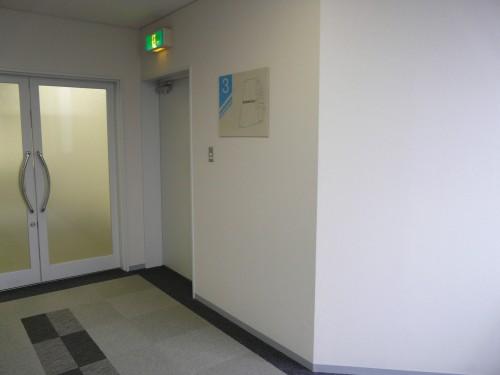 エレベーターを降りて左手に曲がり、真っすぐ進んでください。