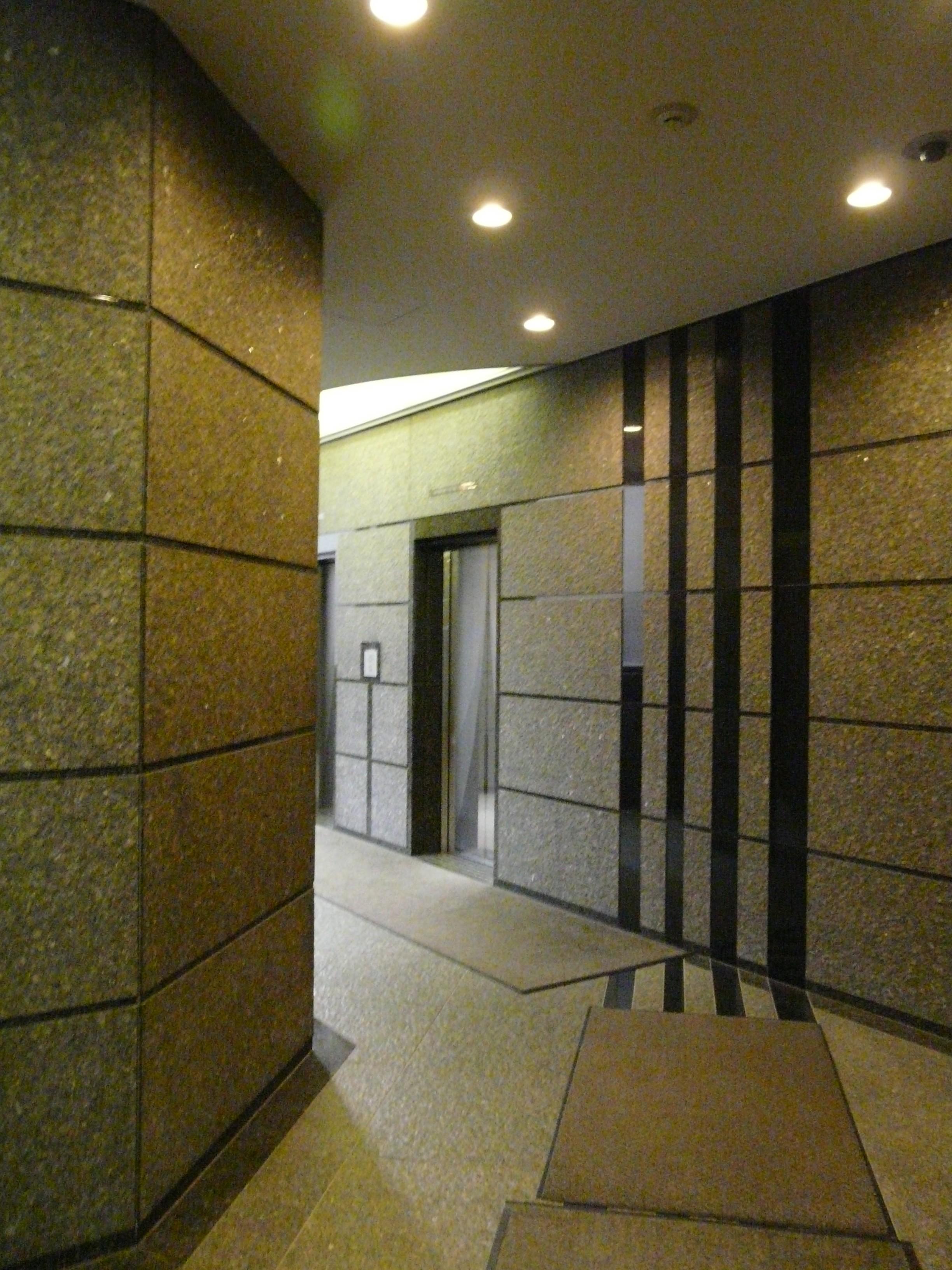突き当りにエレベーターがありますので3階まで昇ってください。
