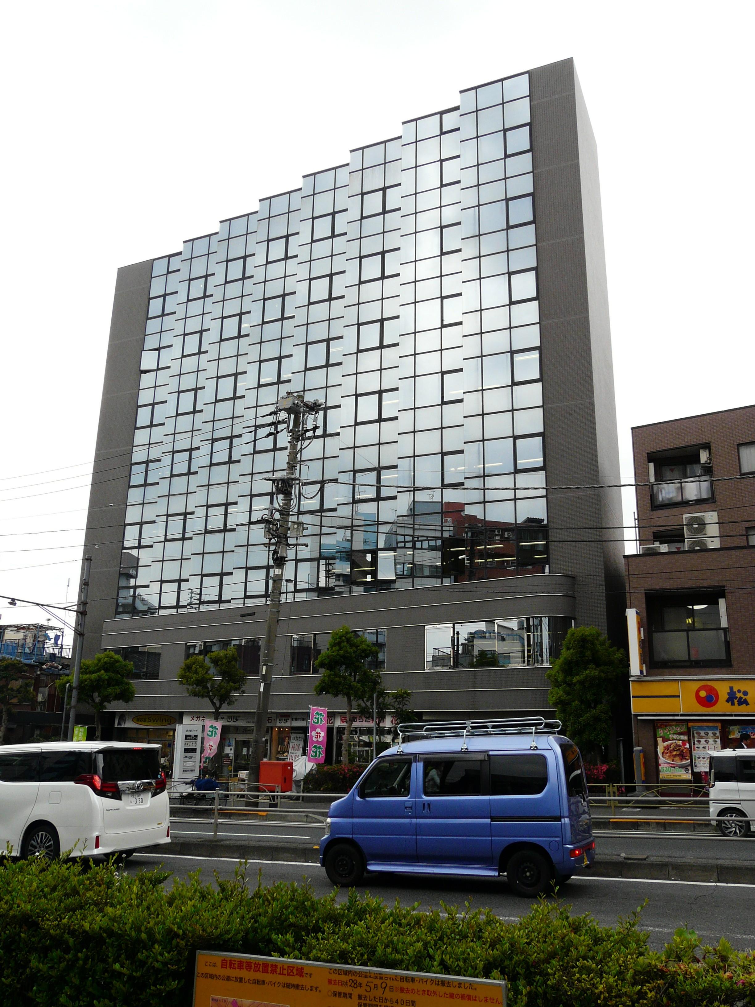 右側に見えるガラス張りのビルが「新大塚プラザ」になります