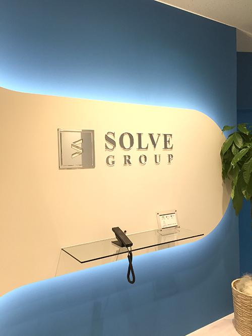 「SOLVE Group」の表記の下に受付専用電話がございます。受話器を取って受付にご連絡ください。
